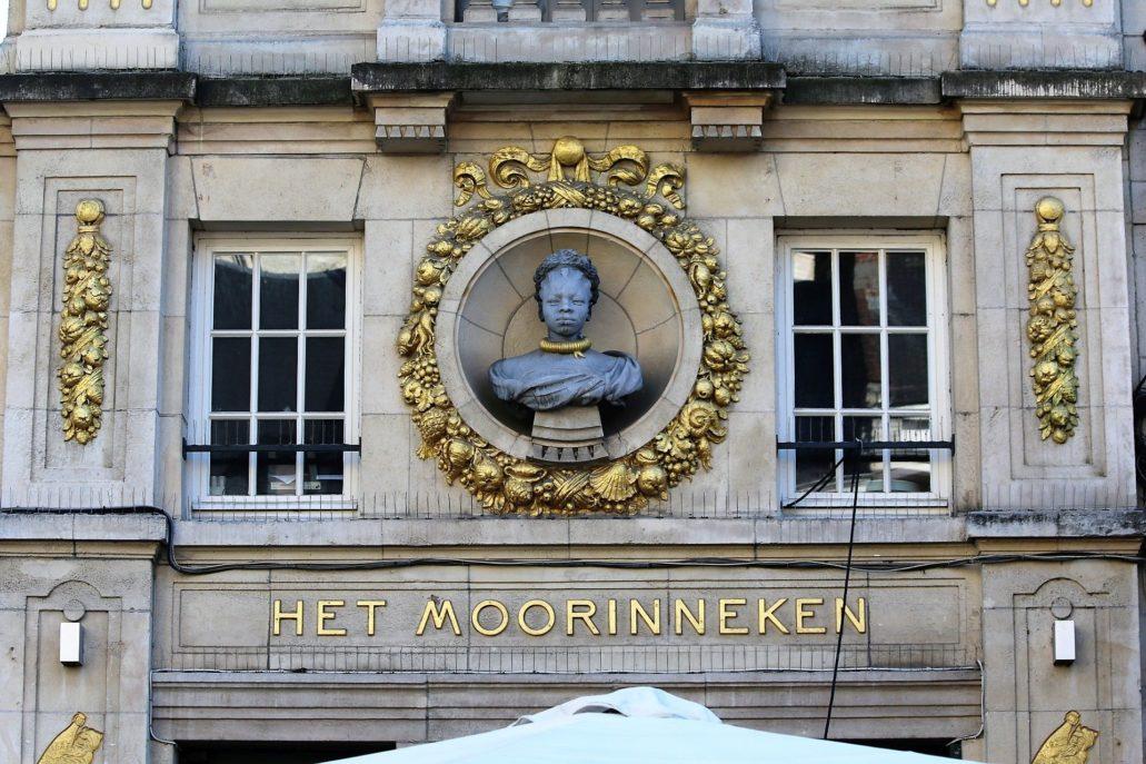Leuven. Grote Markt 10, het Moorinneken. Projekt Léon Jean Joseph Govaerts. 1923. Fragment elewacji z głową murzynka autorstwa Égide Rombaux. Fot. Jerzy S. Majewski
