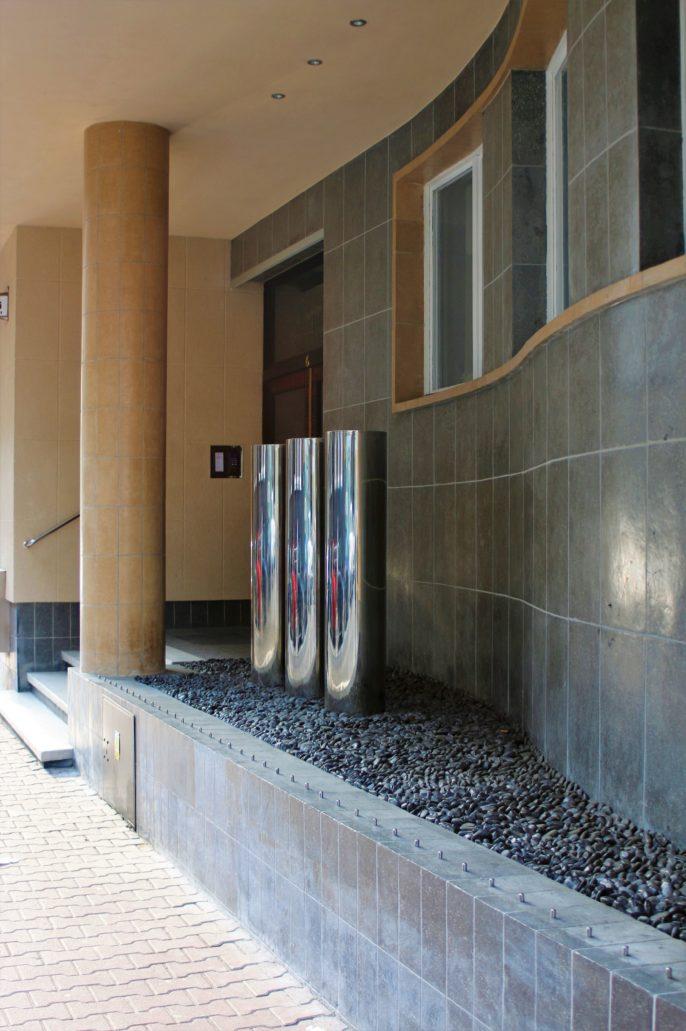 Katowice, ul. PCK 6, Fragment przyziemia kamienicy z głównym wejściem do kamienicy. Widać charakterystyczne wygięcie ściany w przyziemiu skopiowane później w krakowskiej kamienicy przy Rynku Kleparskim 11. Projekt Karol Schayer, 1936. Fot. Jerzy S. Majewski