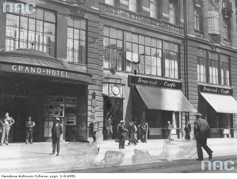 Łódź. Piotrkowska 72. Witryna Grand Café w Grand Hotelu. Kawiarnia ta w latach międzywojennych skutecznie konkurowała z kawiarnią przy Piotrkowskiej 76.