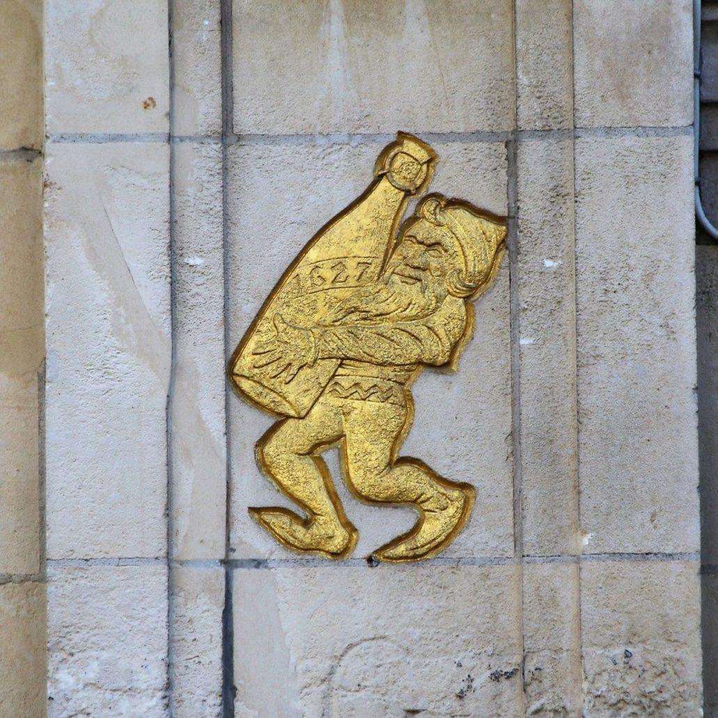 Leuven. Grote Markt 10, het Moorinneken. Symbol browaru na elewacji budynku. Władze wydały zgodę na jego umieszczenie tylko do czasu gdy mieszczący się w kamienicy lokal przestanie być prowadzony przez ten sam browar.