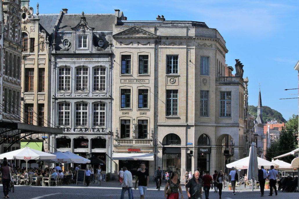 Leuven. Grote Markt. Widoczna z prawej , poszerzona ulica Brusselsestraat od strony placu ujęta została dwoma stylizowanymi budynkami z podcieniami. Projektantem wąskiego, narożnego budynku oraz wszystkich jego sąsiadek z lewej był Léon Jean Joseph Govaerts Govaerts. Wszystkie budynki powstały w początku lat 20. XX w. Dom narożny w roku 1926. Fot. Jerzy S. Majewski