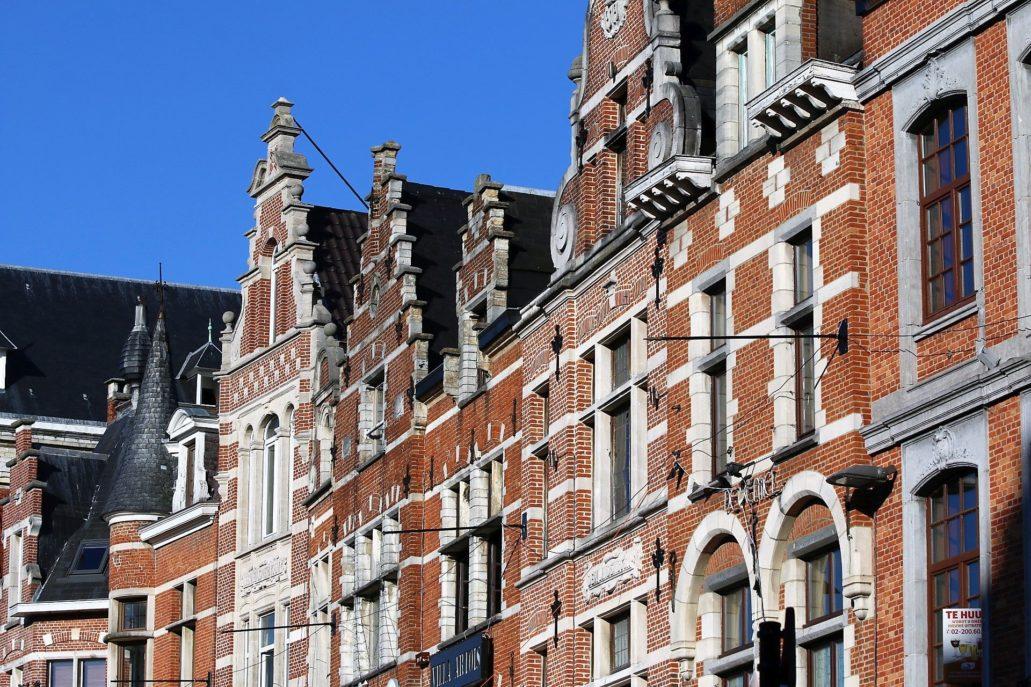 Leuven. Oude Markt. Szczytowe fasady kamienic odbudowanych między 1919 r. a połową lat 20. XX w. Fot. Jerzy S. Majewski