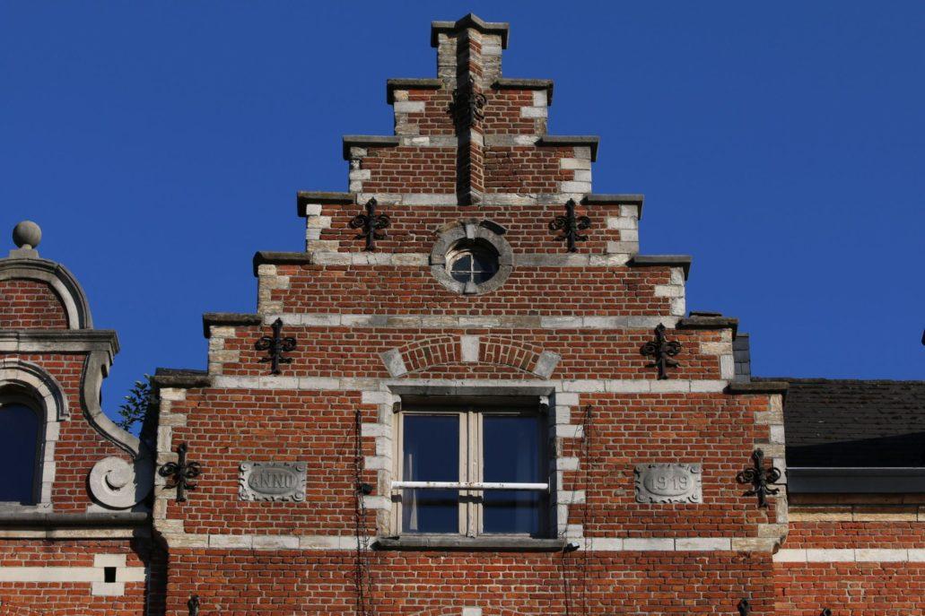 Leuven. Oude Markt. Gotycki szczyt kamienicy odbudowanej w 1919 r. Fot. Jerzy S. Majewski