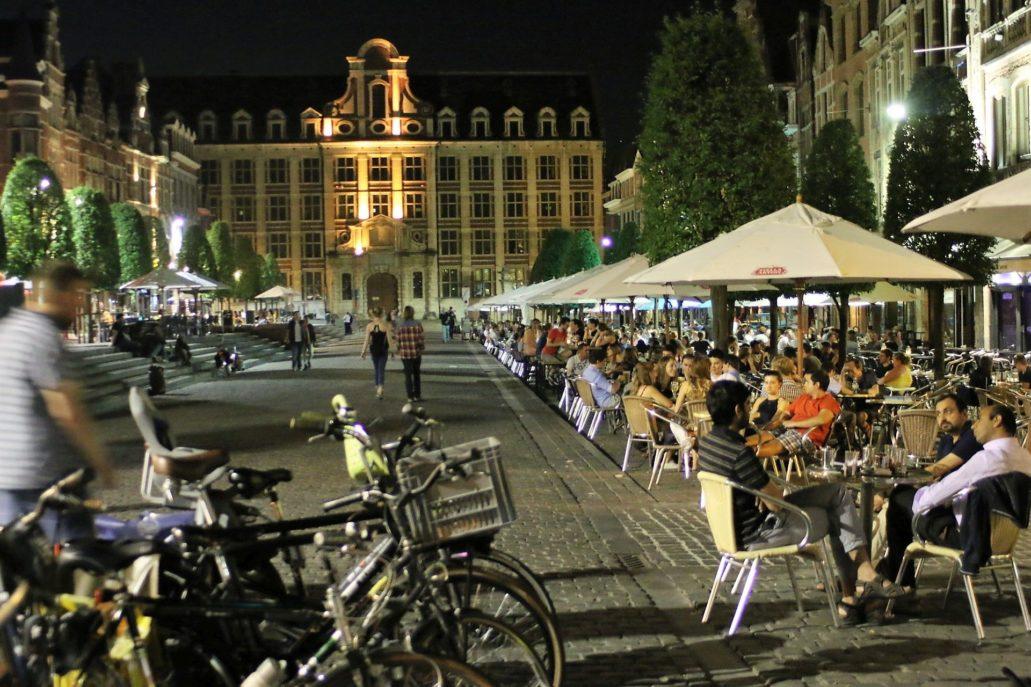 Leuven. Wieczorem odbudowany Oude Markt zapełnia się tysiącami ludzi siedzących przy kawiarnianych stolikach. Fot. Jerzy S. Majewski.