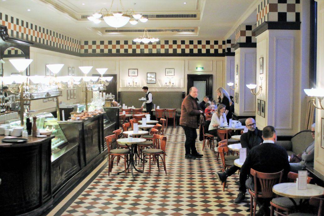Warszawa. Hotel Bristol. Wnętrze kawiarni hotelu Bristol w lutym 2017 r. Obiegał je charakterystyczny fryz z kafli. Fot. Jerzy S. Majewski