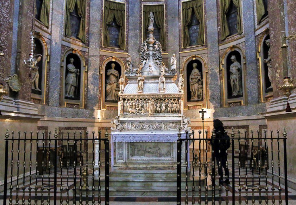 Bolonia. St. Domenico. Ołtarz relikwiarz na grobie św. Dominika. Jego budowa zaczęta została w 1264 r. przez Nicolę Pisano i jego uczniów. Potem rozbudowywany. Sarkofag ze szczątkami św. Dominika w cyprysowej trumnie ustawiono wysoko nad ołtarzem. W zwieńczeniu figura Boga Ojca Niccolò dell'Arca (1469-1473). Fot. Jerzy S. Majewski