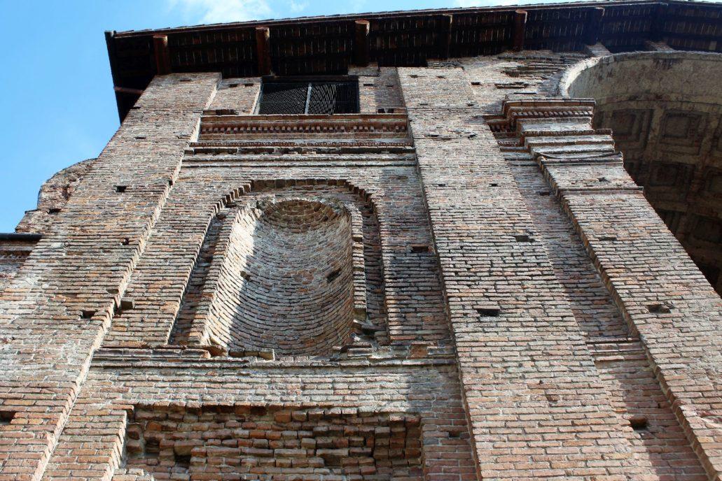 Mantua. Bazylika San Andrea. Fragment nieukończonej elewacji bocznej z wymurowana niszą. Fot. Jerzy S. Majewski