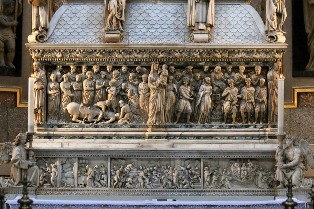 Bolonia. St. Domenico. Grobowiec św. Dominika. Front sarkofagu z rzeźbą Nicoli Pisano (z Matką Boską) (1264-67) oraz rzeźbami aniołów po bokach. Fot. Jerzy S. Majewski