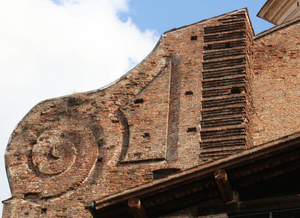 Mantua. Bazylika San Andrea. Nieukończony spływ wolutowy w bocznej elewacji. Fot. Jerzy S. Majewski.