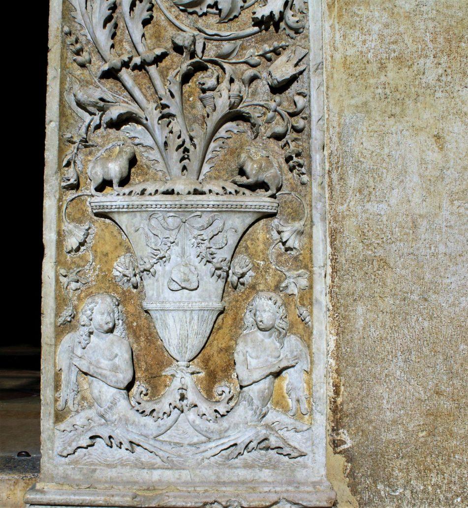 Mantua. San Andrea. Detal kandelabru na pilastrze portalu w formie łuku tryumfalnego. Sama nazwa grotesek wzięła się od dekoracji odnajdywanych w XV i XVI wieku w starożytnych podziemiach czy też grotach. Fot. Jerzy S. Majewski