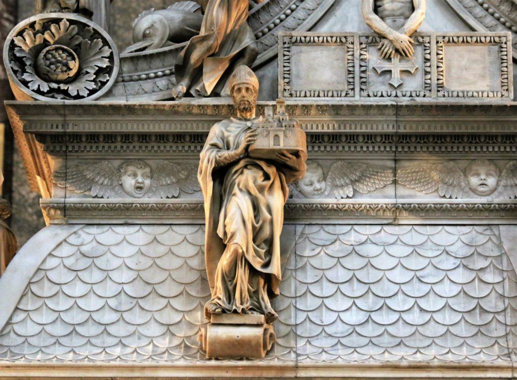 Bolonia. St. Domenico. Grobowiec św. Dominika. Rzeźba św. Petroniusza z modelem Bolonii. Michał Anioł (1494-95). Fot. Jerzy S. Majewski