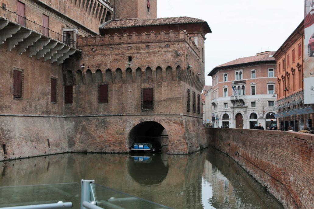Ferrara. Fragment zamku widziany od strony fosy. Fot. Jerzy S. Majewski
