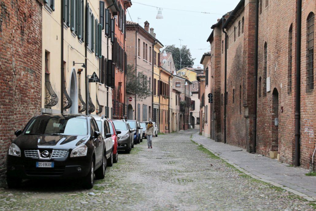 Ferrra. Via Pergolato. Tu, po prawej stronie znajduje się klasztor klarysek, w którym pochowana jest Lukrecja Borgia, księżna d'Este. Fot. Jerzy S. Majewski