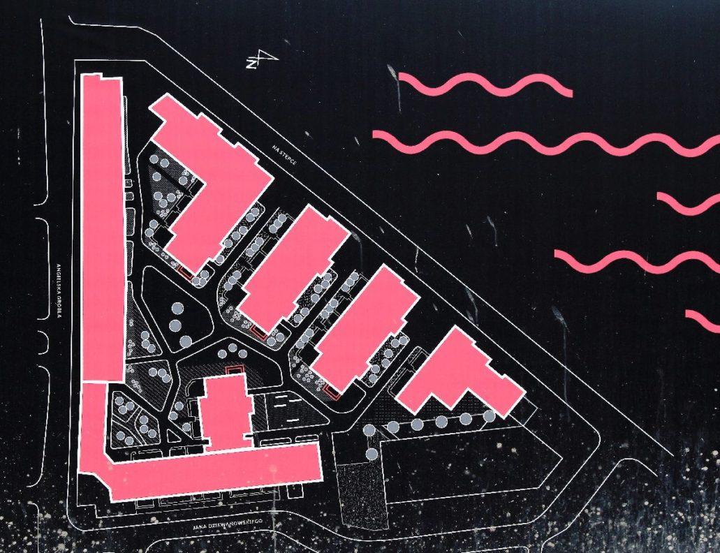 Gdańsk. Riverview. Na tym schemacie eksponowanym na ogrodzeniu budowy łatwo się przekonać, że kompleks to ledwie kilka budynków. Na wizualizacji sprawiają one wrażenie większej ilości obiektów. U góry do prawej domy w układach szczytowych od strony kanału. Długi budynek po lewej powstaje wzdłuż Angielskiej Grobli. Jego fasada od ulicy sprawiać będzie wrażenie ciągu kilku kamienic.