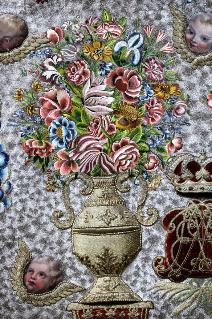 Warszawa. Kościół Wizytek. Antepedium z symbolami Trójcy Świętej. Wazon z kwiatami. Fot.: Jerzy S. Majewski