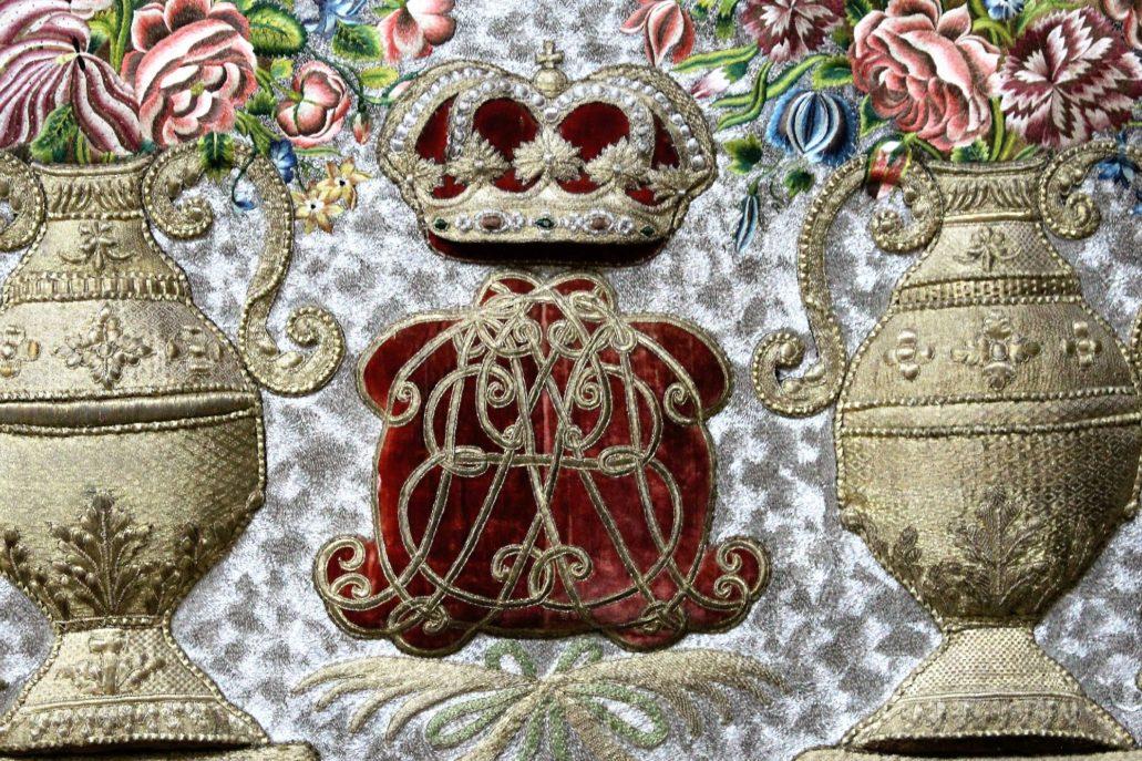 Warszawa. Kościół Wizytek. Antepedium z symbolami Trójcy Świętej. Królewski monogram. Fot.: Jerzy S. Majewski