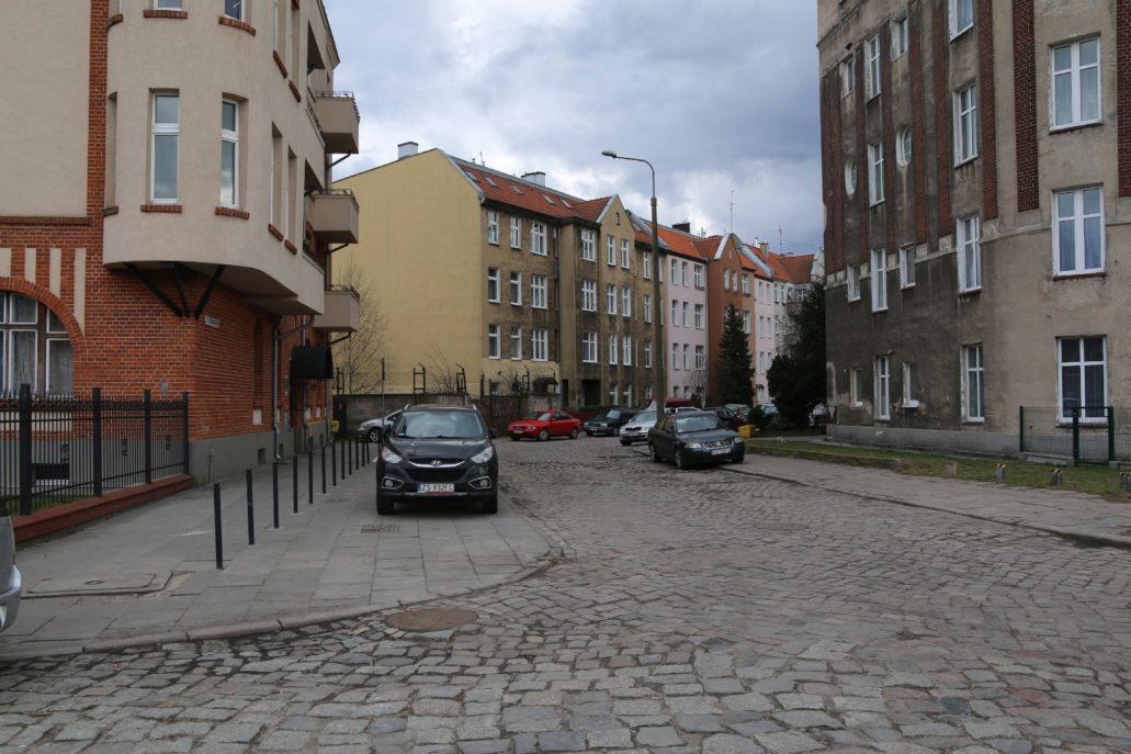 Skromne kamienice wzdłuż ul. Dziewanowskiego. Fot. Jerzy S. Majewski.