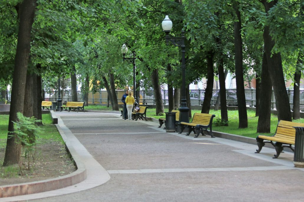 Moskwa. Patriarsze Prudy. Alejka w parku od strony ul. Jermołajewskiej. Fot. Jerzy S. Majewski