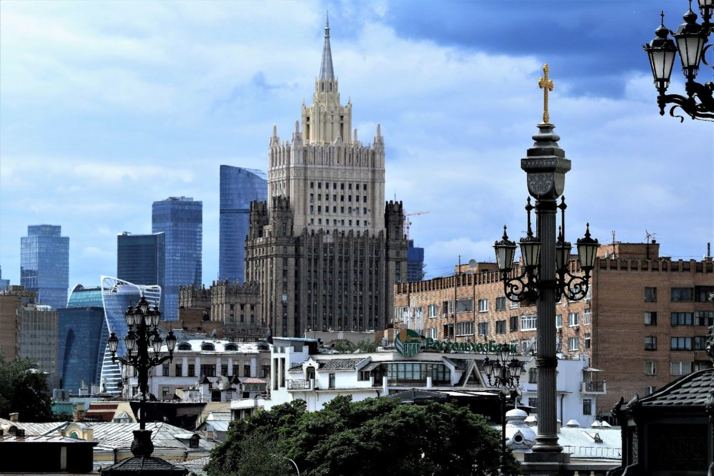 Moskwa Budynek administracyjny, obecnie siedziba rosyjskiego Ministerstwa Spraw Zagranicznych przy pl. Smoleńskim. Projekt Władymir Gelfreich, Michaił Minkus. 1948-53. Wysokość z iglicą 172 m.