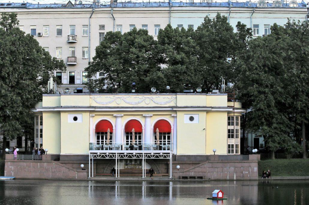 Moskwa. Patriarsze Prudy. Pawilon w parku. Powstał już w latach 90 XX w. na wzór starszego, drewnianego z 1938 r. Fot. Jerzy S. Majewski.