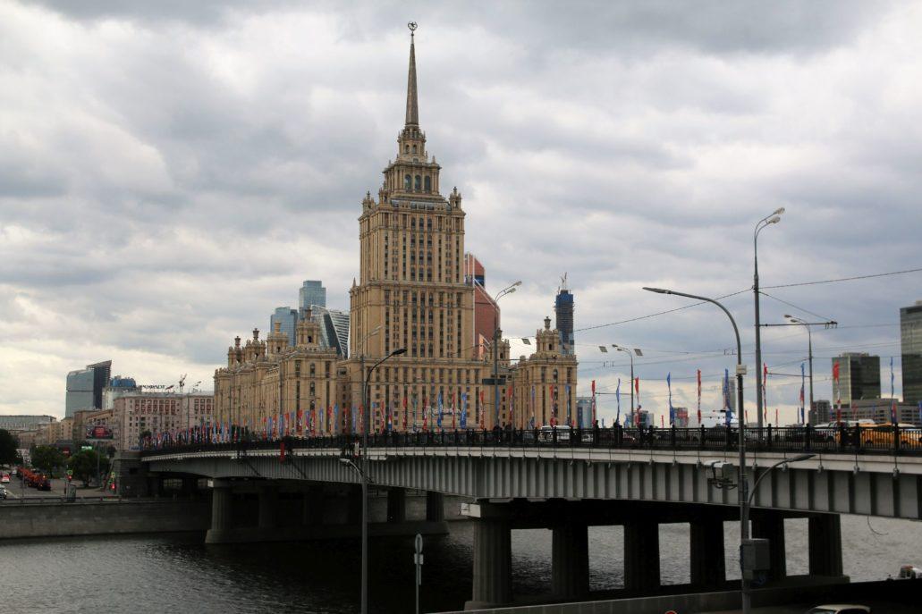 Moskwa. Hotel Ukraina. Projekt: Arkadij Mordwinow 1953-57. Wysokość z iglicą 206 m. Obecnie hotel Radisson. Fot. Jerzy S. Majewski