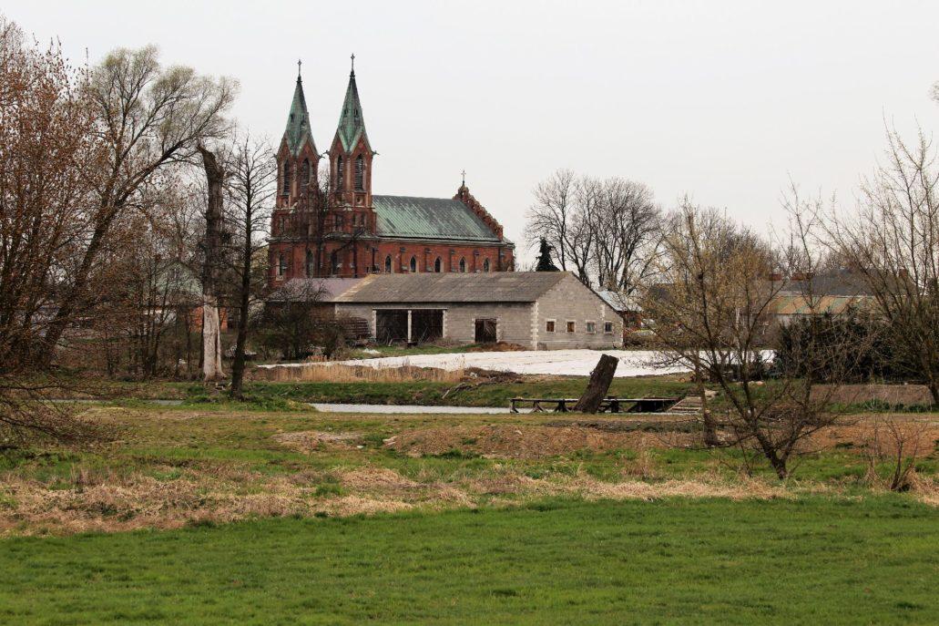 Kompina koło Łowicza. Kościół św. Wojciecha zbudowany po 1889 r. wg projektu Konstantego Wojciechowskiego. Widok znad brzegu Bzury. Fot. Jerzy S. Majewski