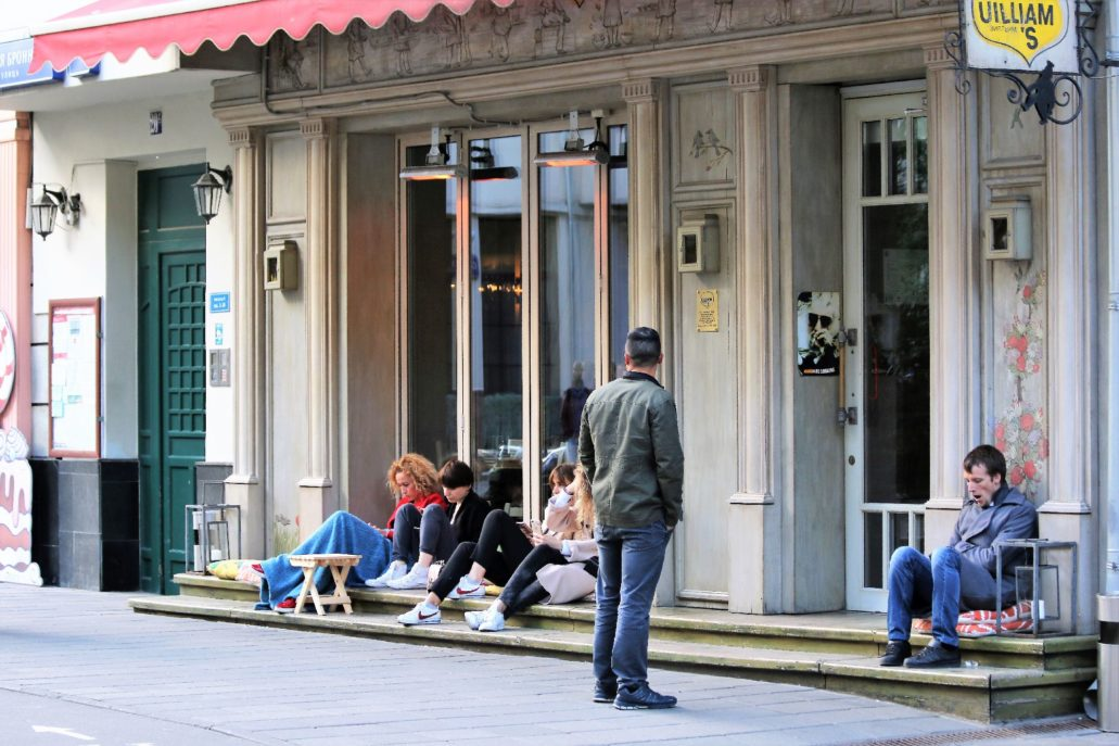 Moskwa. Jeden z licznych lokali na ul. Małej Bronnej. Na zewnątrz przygotowane miejsca do siedzenia na ulicy. Fot. Jerzy S. Majewski.