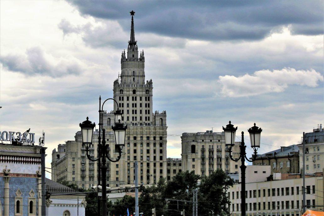 Moskwa.Wieżowiec biurowy przy Placu Krasnych Worot. Widok spod dworca Kazańskiego