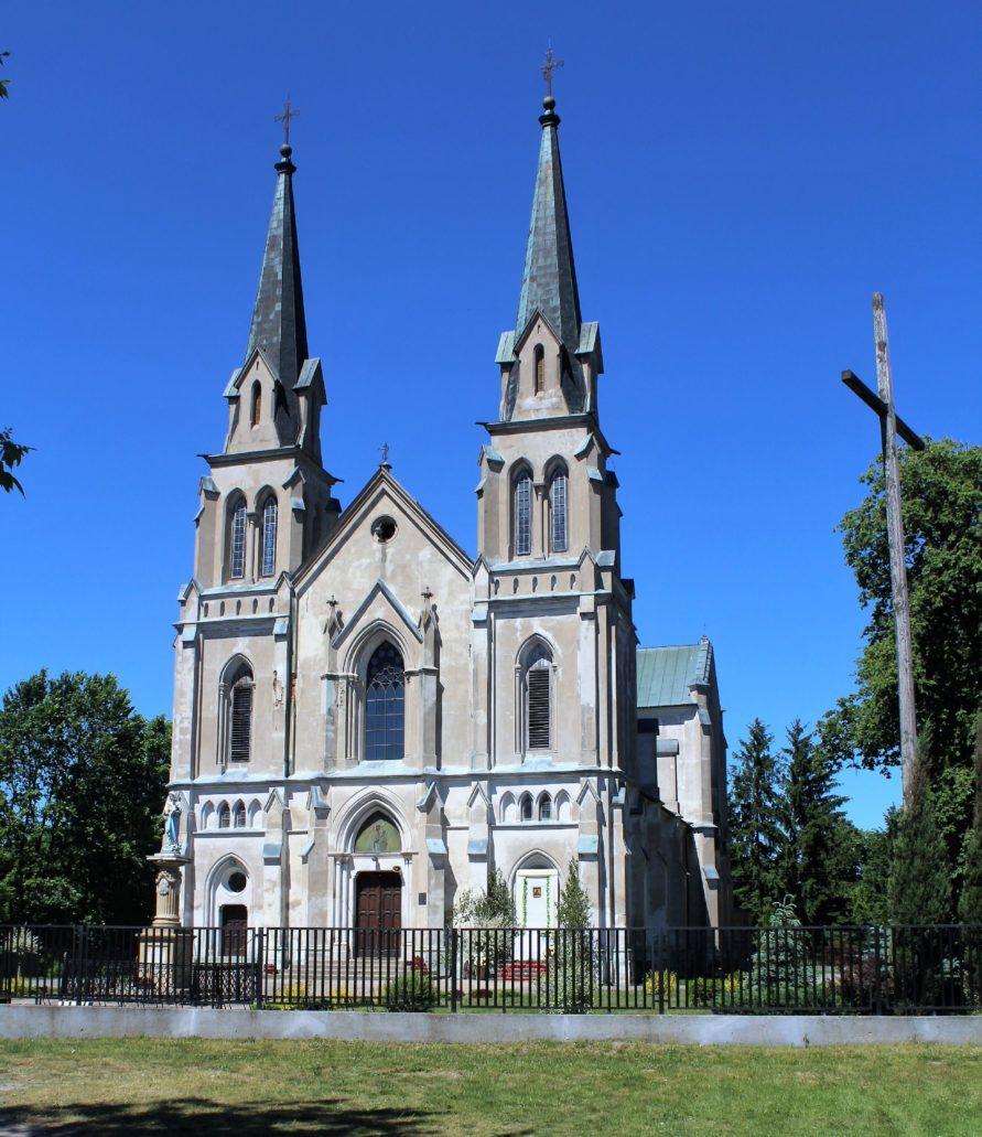Nieborów. Starszy od pokazanych wyżej, kościół w Nieborowie powstał w latach 1871-83 wg projektu Franciszka Braumana z fundacji Zygmunta Radziwiłła. Fot. Jerzy S. Majewski