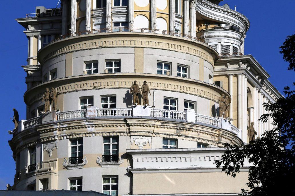 Od strony Sadowego Kalca wyższe partie apartamentowca przy Jermałojewskiej przypominają budynki z czasów socrealizmu. Niestety jakość wykonania elewacji jest bardzo kiepska. Fot. Jerzy S. Majewski.