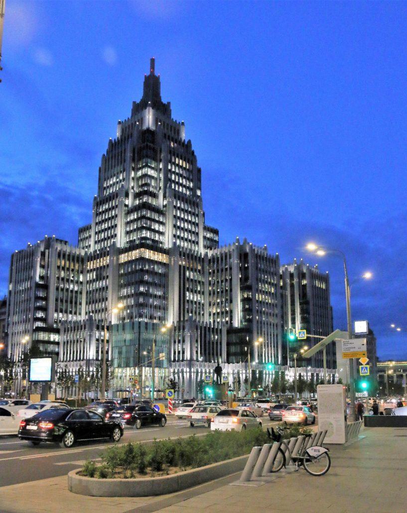 Moskwa. Wieczorny widok kompleksu Orużenyj. Ogromny żyrandol w holu głównym jest odwróconym do dołu modelem budynku. Fot. Jerzy S. Majewski