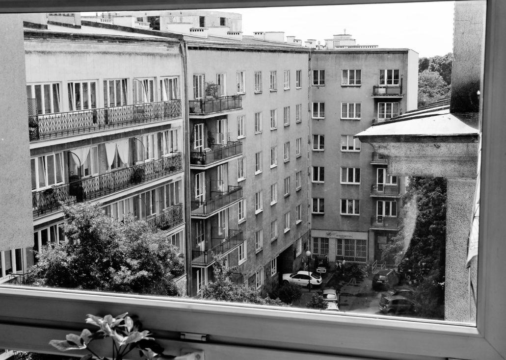 Kamienica przy Konopczyńskiego 5/7 widoczna w głębi zdjęcia. Z lewej fasada kamienicy pod nr 3 zbudowana dla Dafnera wg projektu Edwarda Seydenbeuthla w latach 1936/37. Widok z okna klatki schodowej kamienicy przy Bartoszewicza 7. Fot. Jerzy S. Majewski