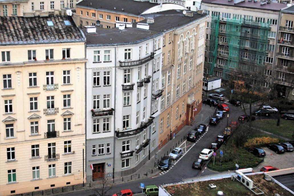 Widok z góry na ulicę Konopczyńskiego. Niewielki fragment kamienicy pod nr 5/7 widać z prawej strony. Fot. Jerzy S. Majewski