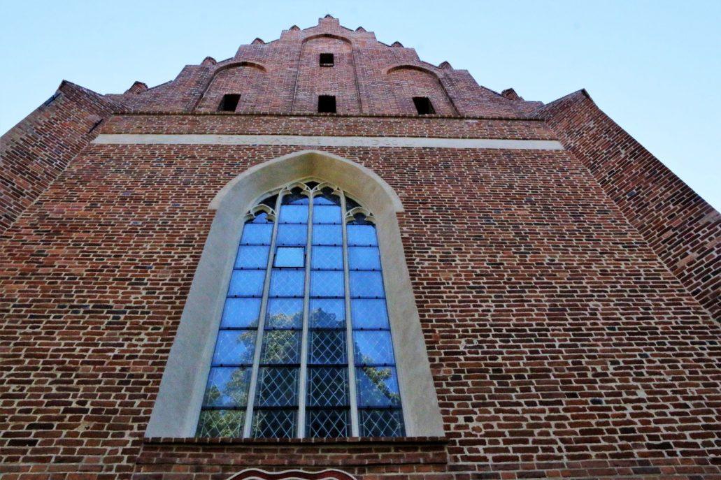 Żarnowiec. Kościół Zwiastowania NMP. Widok na okno w ścianie zamykającej prezbiterium. Fot. Jerzy S. Majewski