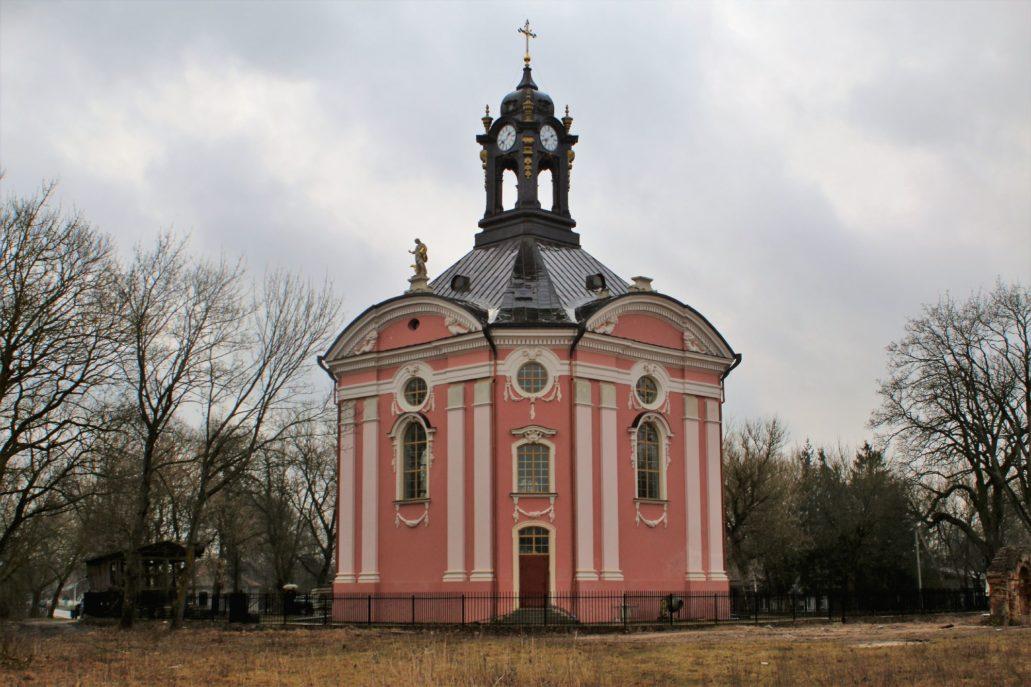 Wołczyn. Odbudowywany obecnie kościół św. Trójcy. To tutaj w roku 1938 złożono trumnę oraz dwie urny ze szczątkami króla Stanisława Augusta. Fot. Jerzy S. Majewski