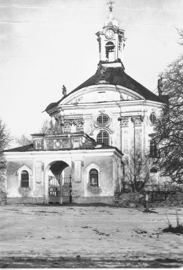 Wołczyn. Kościół św. Trójcy w 1938 r. . Widok od strony bramy. Fot. Narodowe Archiwum Cyfrowe