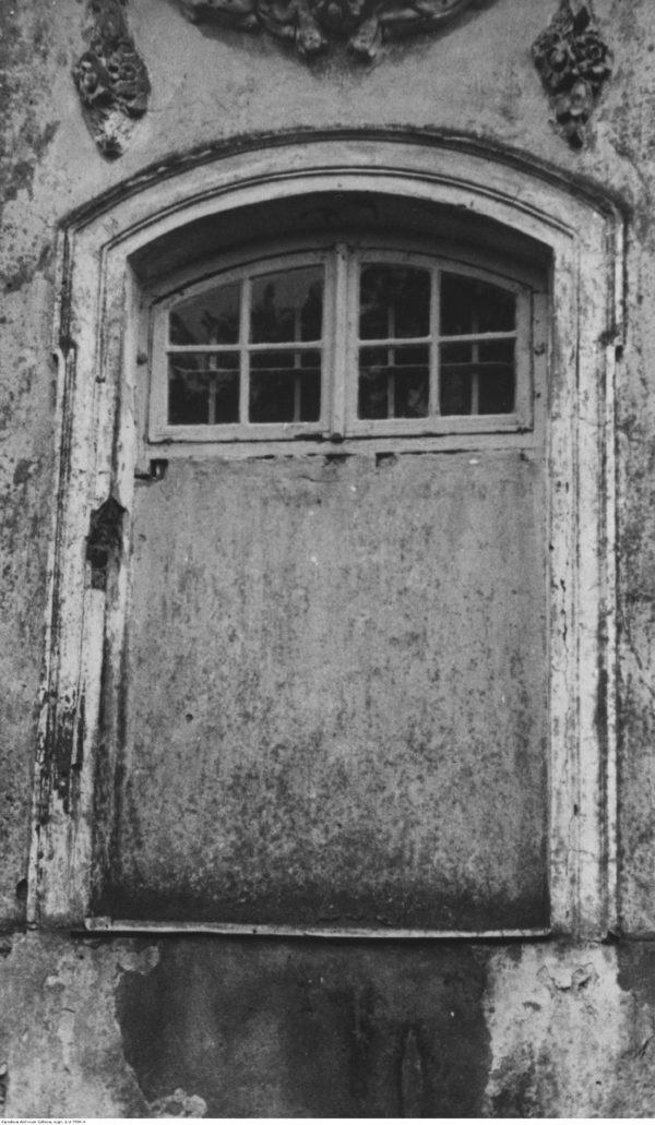Wołczyn. Kościół św. Trójcy. Zakratowane i częściowo zamurowane okno, za którym latem 1938 r. złożono trumnę ze szczątkami Stanisława Augusta. Fot. Narodowe Archiwum Cyfrowe.
