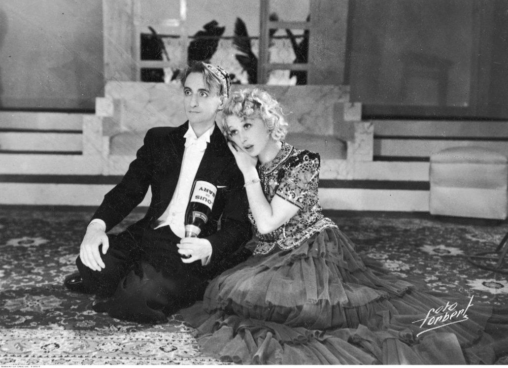 """Ina Benita i Roman Zawistowski w komedii muzycznej """"Na fali Eteru"""" Pawła Leone'a w Teatrze Malickiej przy Karowej. 1938. Fot. Fotoforbert. Narodowe Archiwum Cyfrowe."""