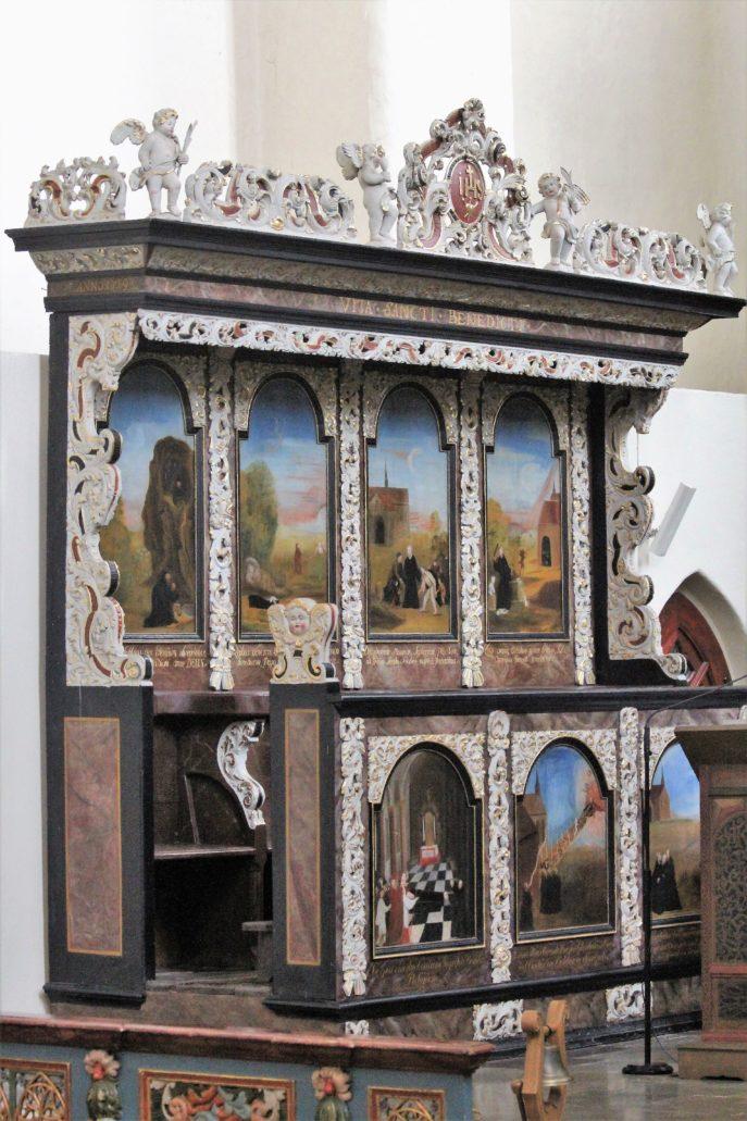 Żarnowiec. Kościół. Niezwykle kolorowe, barokowe stalle z 1719 r. z wymalowanymi na nich scenami z życia św. Scholastyki oraz św. Benedykta. Na stallach znajdziemy też najstarszy znany widok klasztoru w Żarnowcu. Fot. Jerzy S. Majewski