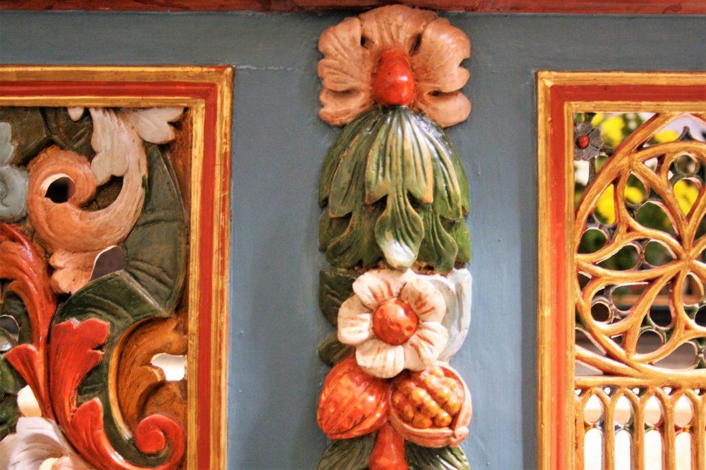 Żarnowiec. Kościół. Fragment barwnej balustrady przed prezbiterium. Fot. Jerzy S. Majewski