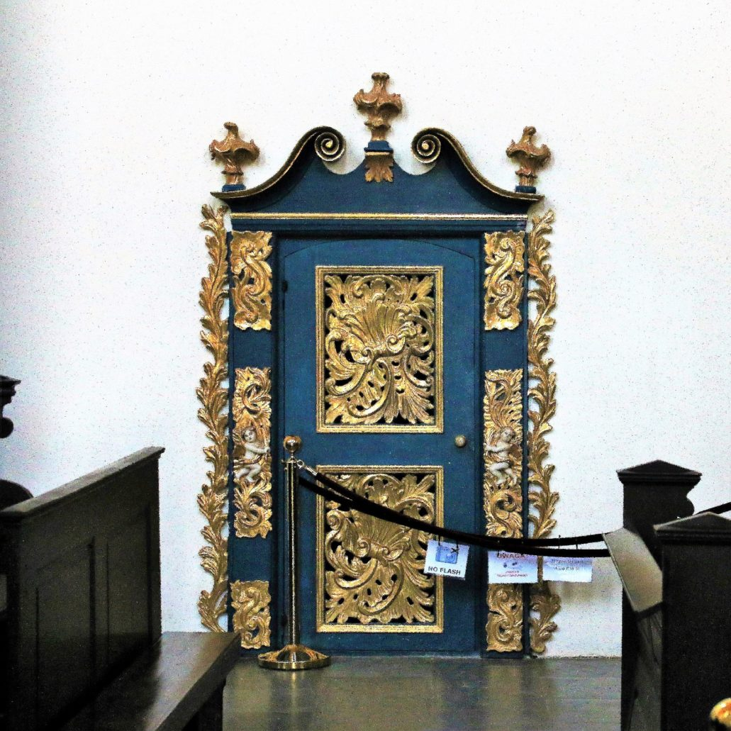 Żarnowiec. Mocno wyzłocone rokokowe drzwi w bocznej ścianie nawy. Niegdyś wnoszono przez nie na emporę komunię święta. Niebieski kolor drzwi jest symbolem maryjnym. Fot. Jerzy S. Majewski
