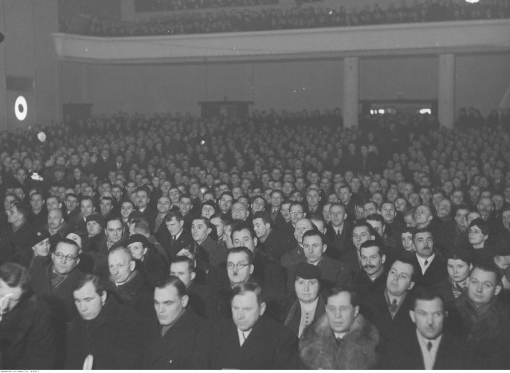 Warszawa. Kino Colosseum. Tłum na widowni w trakcie zjazdu członków okręgu warszawskiego Federacji Polskich Związków Obrony Ojczyzny w lutym 1937 r. W głębi widać balkon, zapewne wzniesiony w tym kształcie w trakcie przebudowy lokalu na kino. Fot. Narodowe Archiwum Cyfrowe