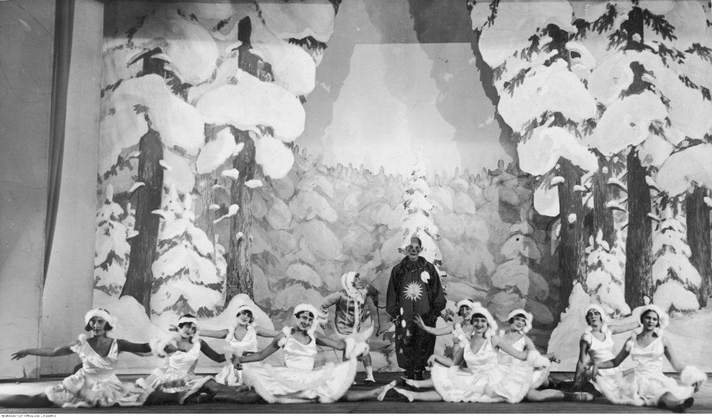 """Warszawa. Kino-Teatr Colosseum. Scena baletu w rewii """"Gwiazdka dla wszystkich"""" Fot. Narodowe Archiwum Cyfrowe"""