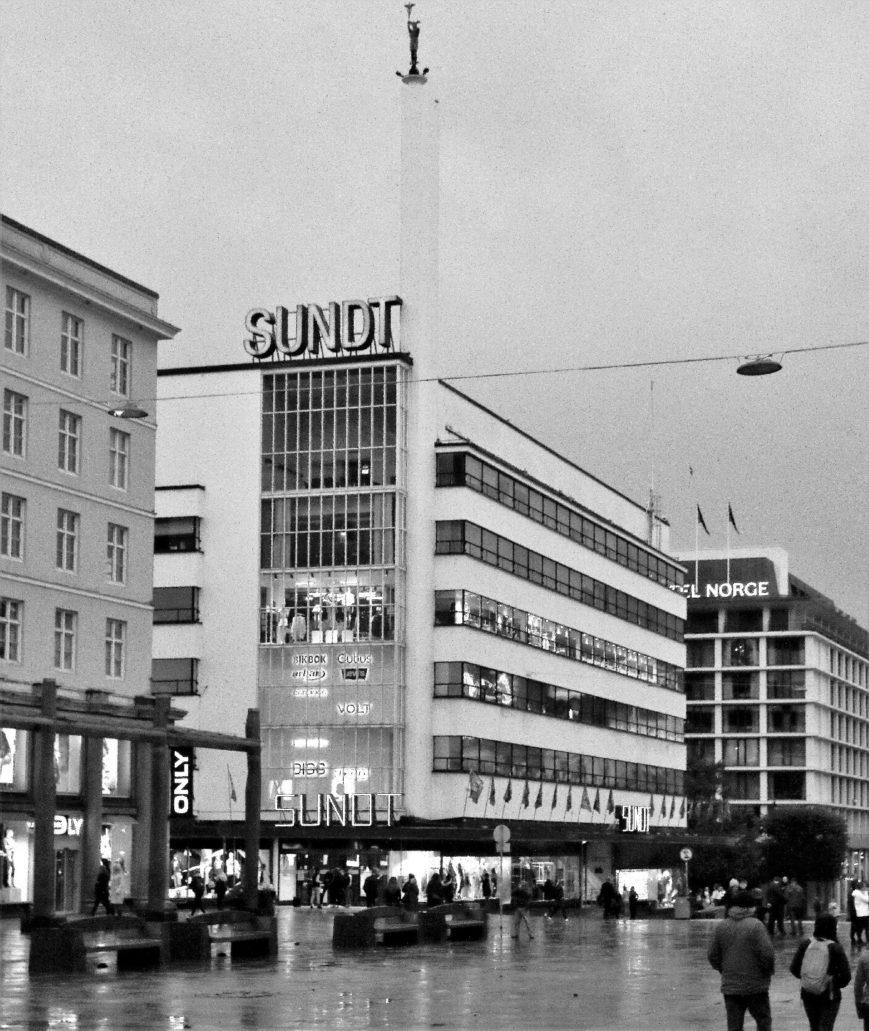 """Bergen. Dom Towarowy """"Sundt"""" z 1938 r. Projekt Per Grieg. Widok od strony Torgallmenningen tuż przed zapadnięciem zmroku. Fot. Jerzy S. Majewski"""