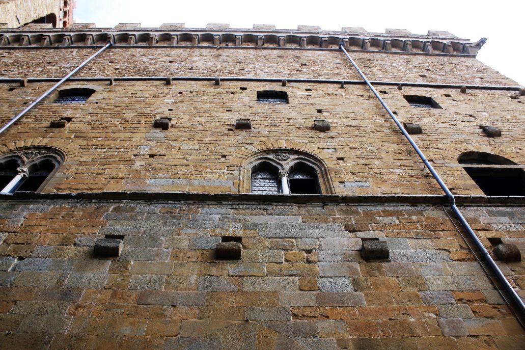 Florencja. Bargello, najstarszy ratusz miasta. Fasada dworca SMN obłożona została tym samym piaskowcem, z jakiego wzniesiono setki florenckich budowli w epoce gotyku i renesansu. Fot. Jerzy S. Majewski
