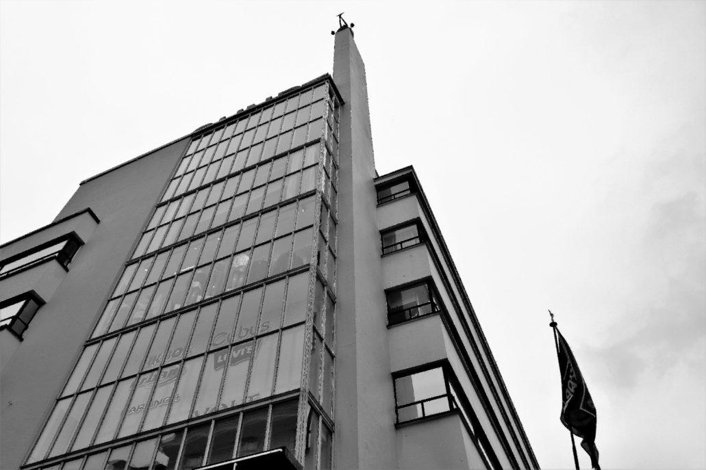 """Bergen. Dom Towarowy """"Sundt"""". Szklana ściana narożnika nad głównym wejściem. Fot. Jerzy S. Majewski"""