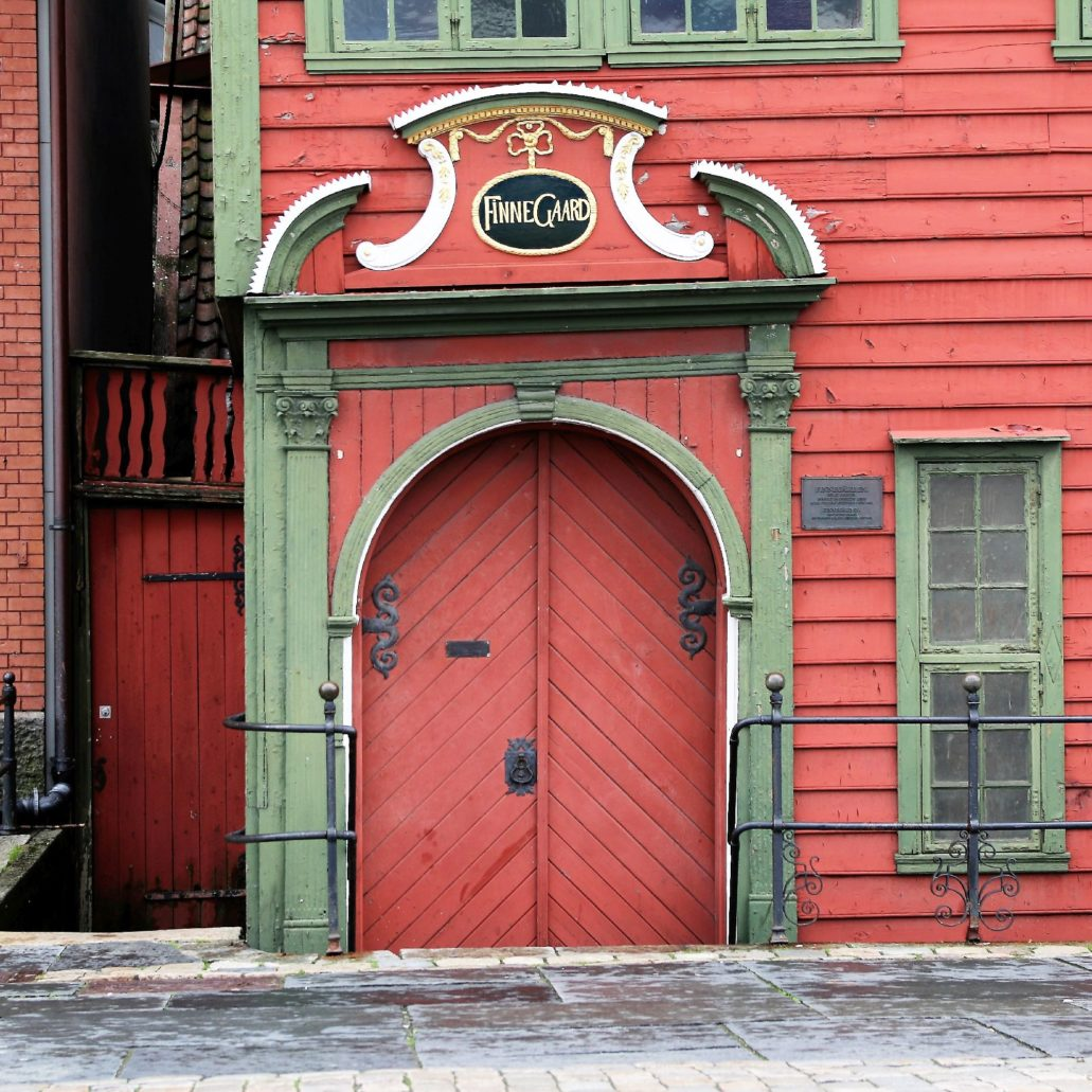 Bergen Finnegarden 21. Budynek muzeum Finnegård z 1704 r. ma efektowny, barokowy portal. Wykonany jest on jednak nie z kamienia lecz drewna. W samym budynku zachowało się sporo autentycznego budulca z drewna. Fot. Jerzy S. Majewski