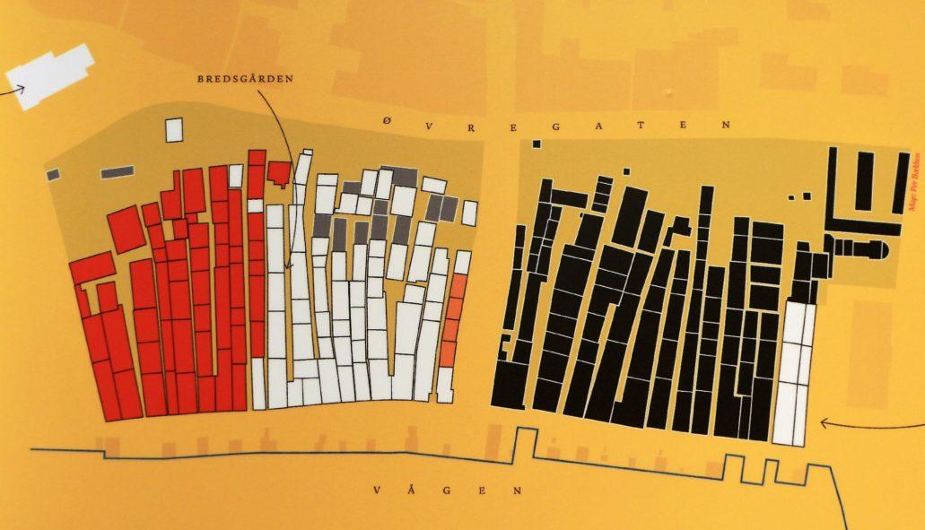 Bergen, Bryggen, Finnegarden 2a, Muzeum Hanzeatyckie (Det Hanseatiske Museum) Część ekspozycji muzealnej na parterze. Fragment planszy z rzutem drewnianej zabudowy hanzeatyckiej wg stanu z lat 80. XIX w. Do dziś przetrwały jedynie budynki zaznaczone na biało. Muzeum hanzeatyckie mieści się w pojedynczym budynku z prawej strony. Fot. Jerzy S. Majewski