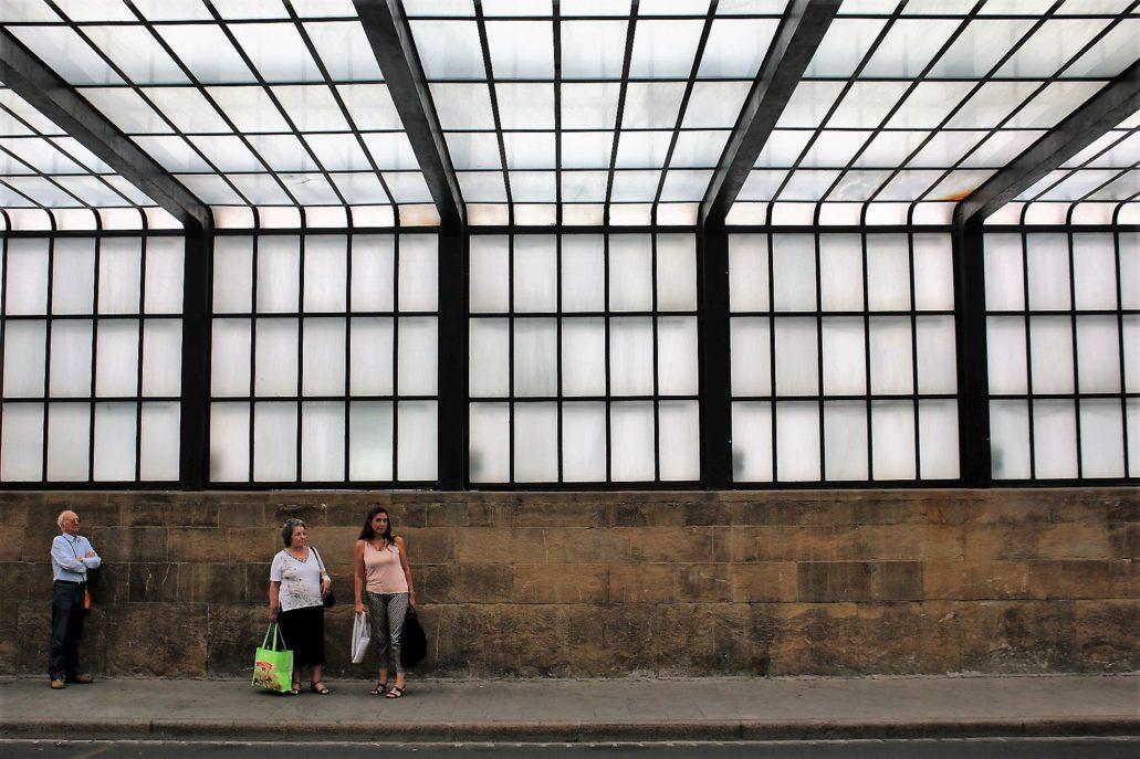 Florencja. Wnętrze podjazdu na dworzec SMN ukrytego pod szklaną kaskadą. Fot. Jerzy S. Majewski