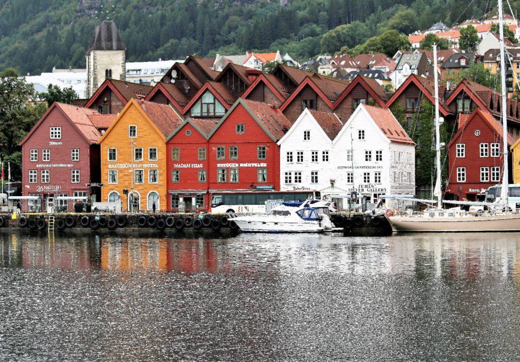Bergen. Bryggen. Fasady domów hanzeatyckich zrekonstruowane po pożarze w 1955 r.